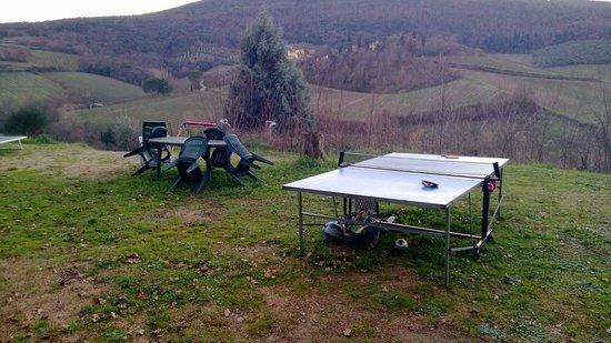 Villa del Sole: Bello il panorama, un po' meno la catasta ri roba ammucchiata sotto il tavolo...