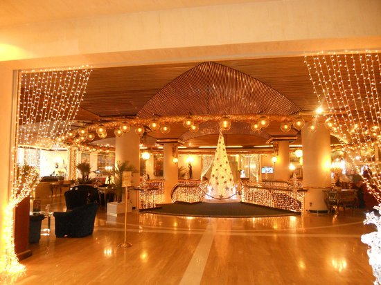 Rome Cavalieri, A Waldorf Astoria Resort: Lobby with lights for Christmas