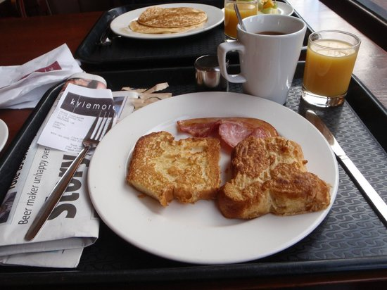 Kylemore : Delish breakfast! French toast, bacon, croissant, coffee and juice