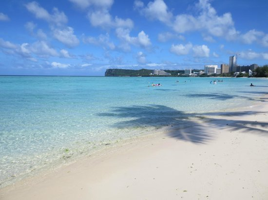 Fiesta Resort Guam: タモン湾を一望できるビーチです
