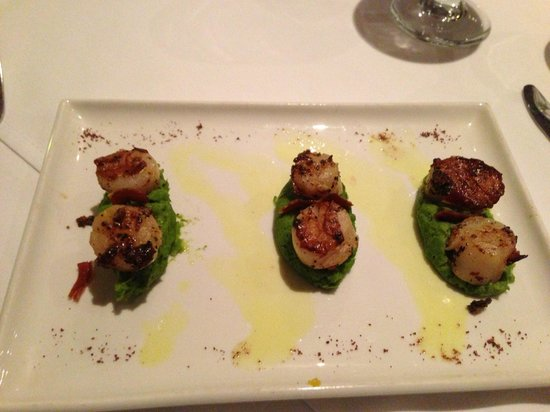 RedEarth Restaurant: Scallops on pea reduction
