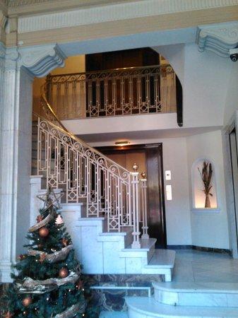 Hotel Via Augusta: Холл и лестница отеля