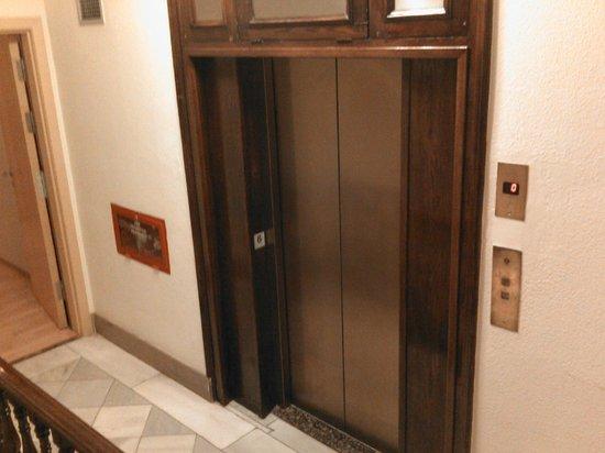 Hotel Via Augusta: Лифт в отеле