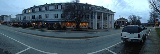 Boone Tavern Hotel: panaroma of the front