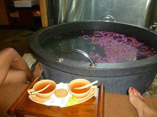 Ramayana Resort & Spa: Ginger tea w/ Lemongrass and Ginger Snap Cookies