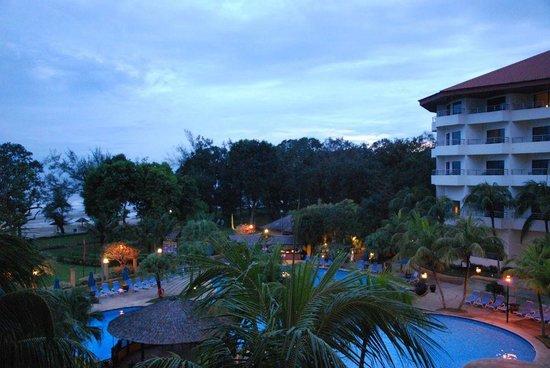 Swiss-Garden Beach Resort Kuantan: Blick vom Zimmer auf den Poolbereich