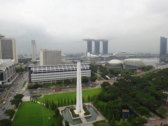 Fairmont Singapore: クラブルームからの眺め(雨が降ってます)