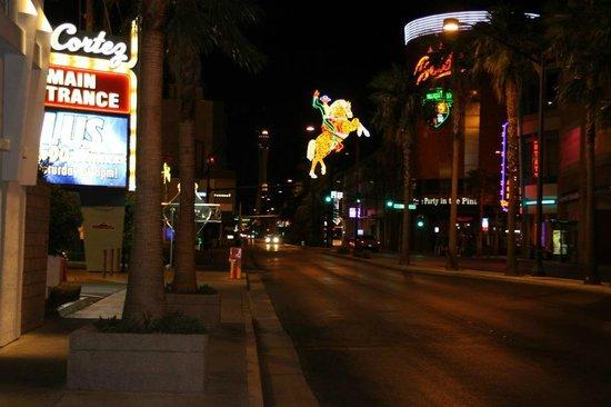 El Cortez Hotel & Casino: El cortez a sinistra della foto, famosa immagine di fremont street