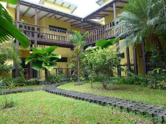 La Casa de las Flores Hotel: Bonito patio