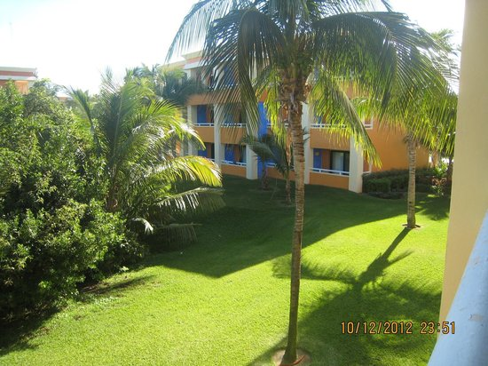 Grand Bahia Principe Coba: Вид из номера на такую же виллу и лужайку