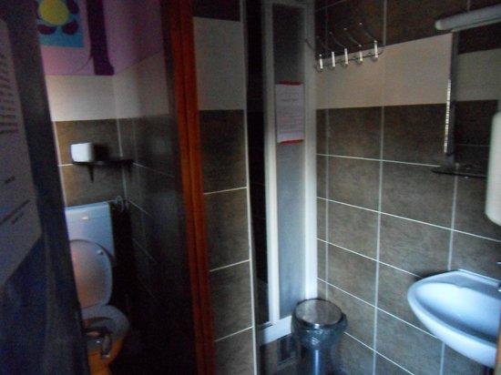Hostel Mali Mrak: bathroom on 1st floor