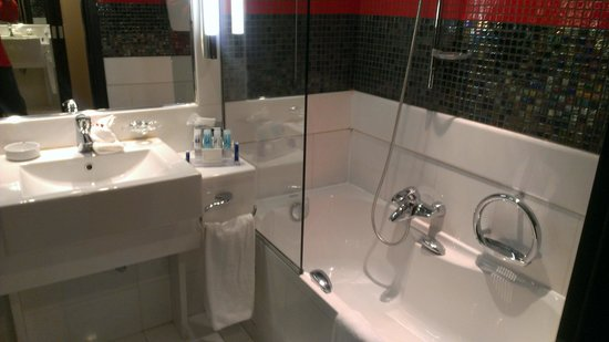 Crowne Plaza Hotel - Athens City Centre: The bathroom.