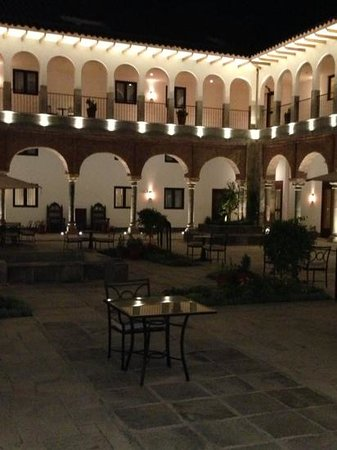 JW Marriott El Convento Cusco: Patio Interior en la noche