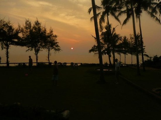 Varkala SeaShore Beach Resort: Sunset over the South Cliff from Sea Shore Resort
