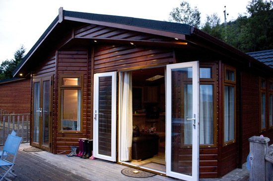 Loch Ness Highland Lodges: View of lodge from decking