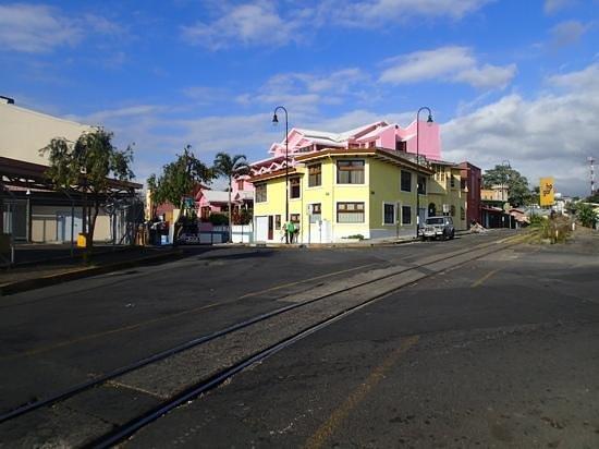 Hotel Fleur de Lys: Hotel im Hintergrund(pink) und die Zuggleise