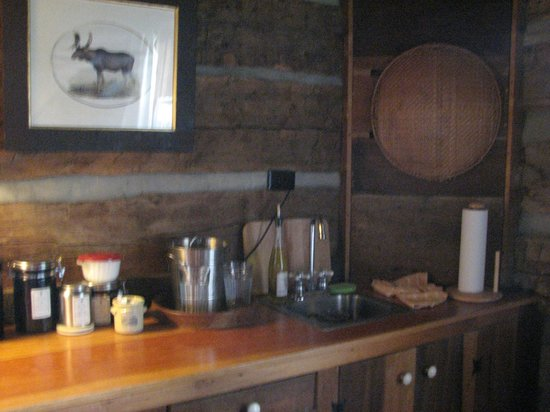 The Mast Farm Inn: Kitchen/bar area