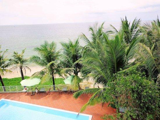 Huong Bien Hotel: Blick auf Pool und Strand von unserem Zimmer