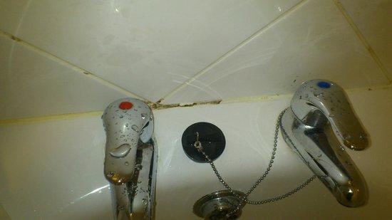 Bay Grand Hotel: bath taps