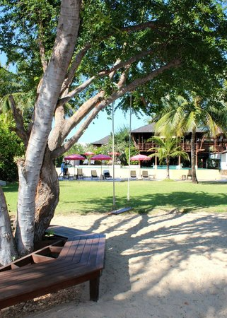 Yaiya Hua Hin: View from beach to pool with playground in between