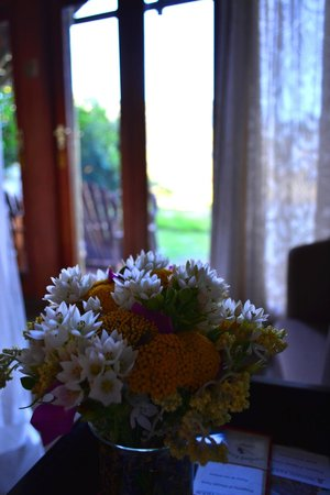 MOSAIC Lagoon Lodge: beautiful fresh flowers were everywhere