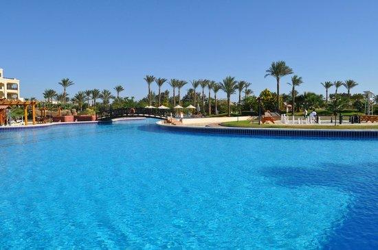 Steigenberger Al Dau Beach Hotel: Plage et Piscine