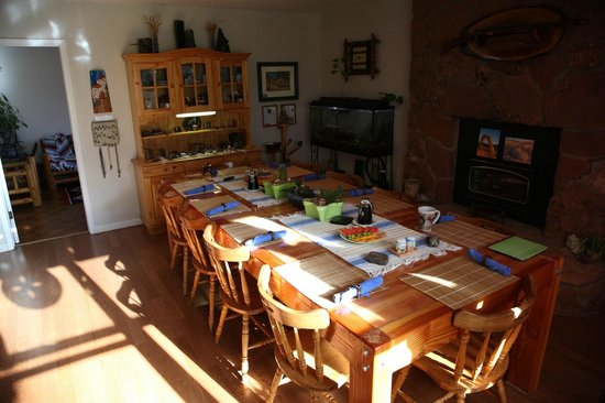 Desert Hills Bed and Breakfast: dining room in the morning sun