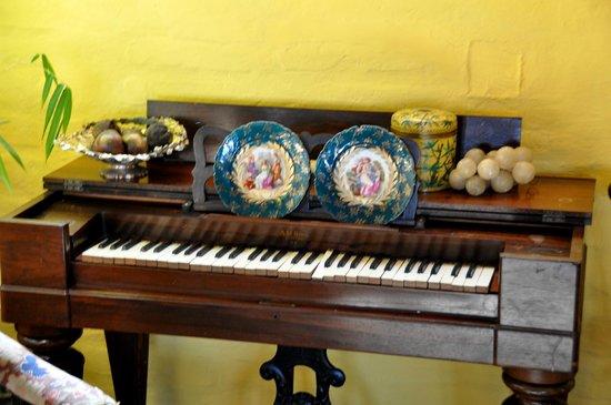 Hacienda Rumiloma: Antique piano