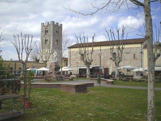 B&B Le Zizzole: Il centro di vecchiano con la Torre del Comune