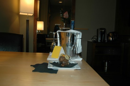 Brentwood Bay Resort & Spa: Champagne and chocolates in the room