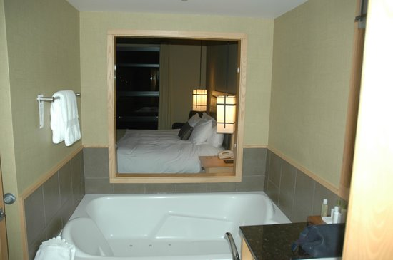 Brentwood Bay Resort & Spa: The couples tub overlooks the bedroom and also has a view of the bay