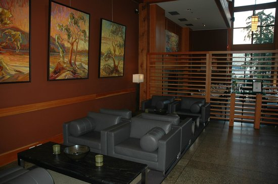 Brentwood Bay Resort & Spa: Comfortable seating area in the lobby