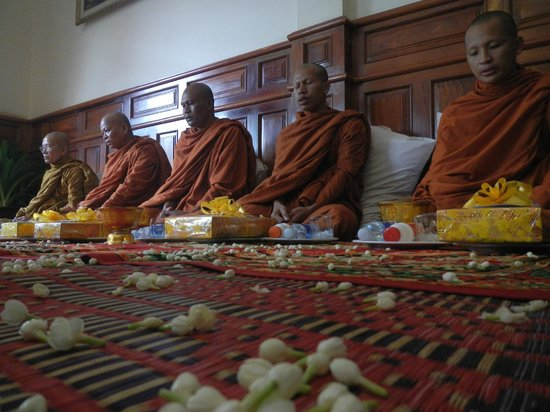Siem Reap Bat Hotel: An amazing ceremony with monks
