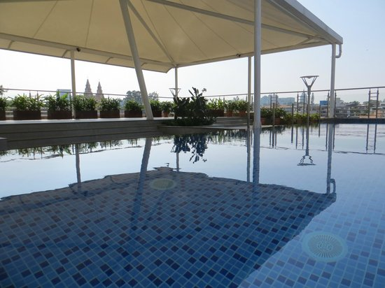 Iris - The Business Hotel and Spa: Rooftop pool