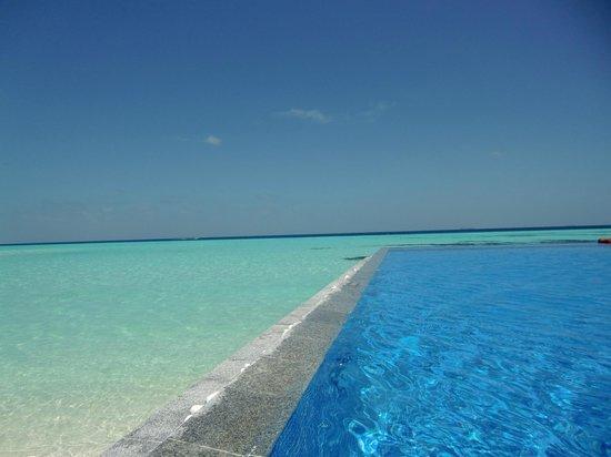 Olhuveli Beach & Spa Maldives: piscina y laguna
