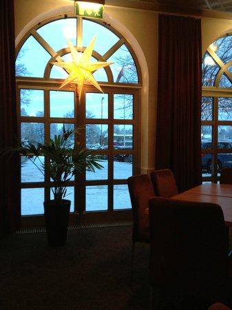 Scandic Hotel Star Sollentuna: Окно в ресторане