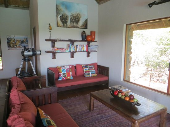 Sausage Tree Safari Camp : Common area for lounging and reading