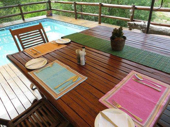 Sausage Tree Safari Camp : Pool and dining area