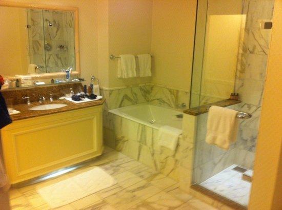 InterContinental Dublin: The lovely bathroom in 234