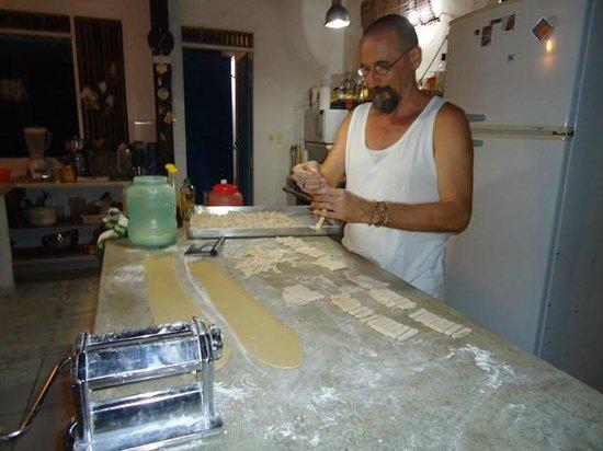 Pousada Horizonte Azul: Sr. Massimo preparando suas deliciosas massas caseiras