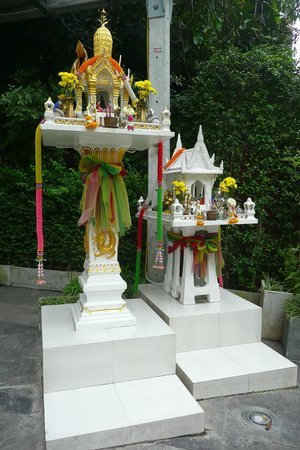 Vic3 Bangkok : Small temple by the entrance
