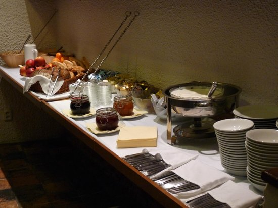 U Semika: The buffet with all the spreads, cutlery and crockery for breakfast