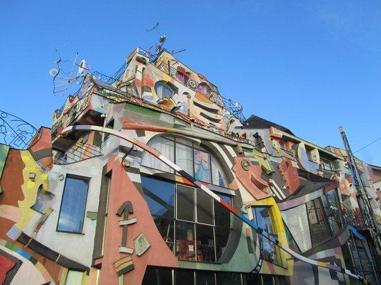 Hotel Galeria: the building
