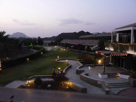 JA Hatta Fort Hotel: Abends von der Bar aus