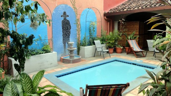 Casa Silas B & B: Refreshing pool and garden area
