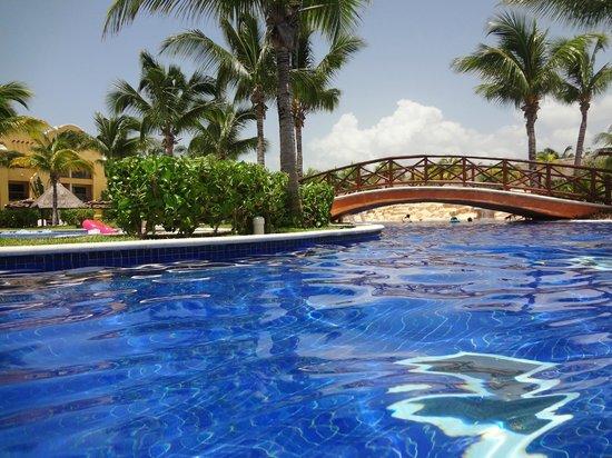 Barcelo Maya Palace: Beautiful Pool - very warm water