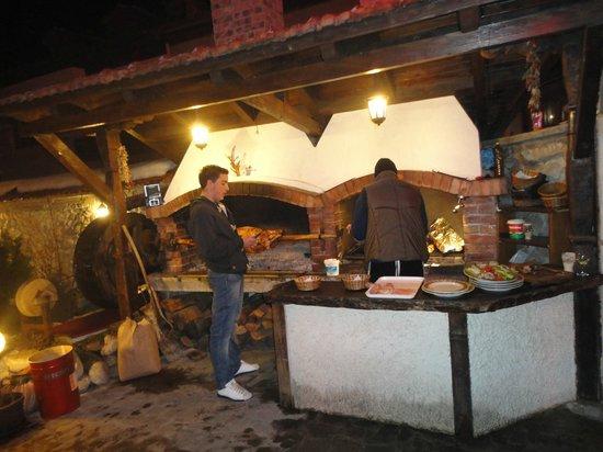 Voyvodata Tavern: при входе в механу печь и барашек на вертеле