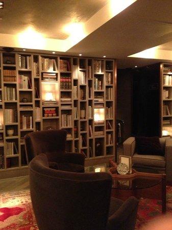 Belgraves, a Thompson Hotel: Bibliothèque du bar de l'hôtel