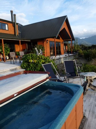 Birds Ferry Lodge: The hot tub - very relaxing!