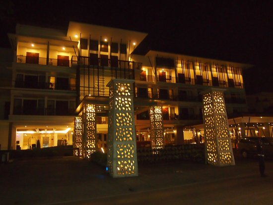 Sun Island Hotel & Spa Kuta: Hotel view from main street